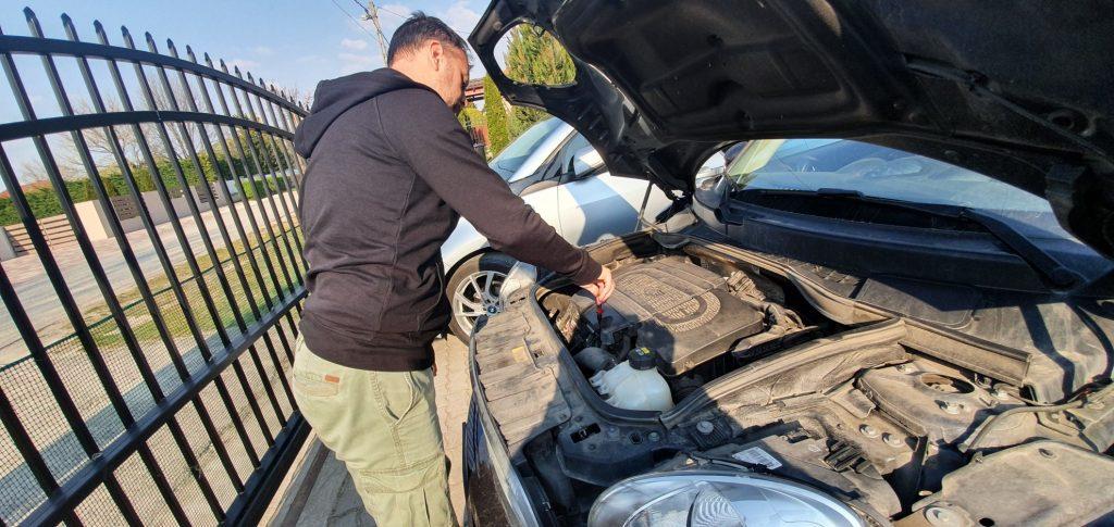Autó átvizsgálás, olajszint ellenőrzés
