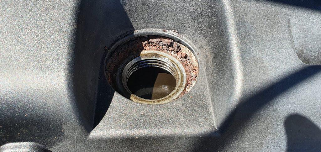 Használt autó átvizsgálás, olajbetöltő, korrózió